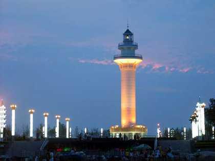 灯塔旅游风景区位于风景秀丽的日照海滨,日照市黄海一路东